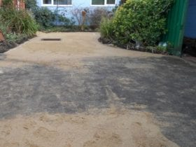 Preparing a fake lawn with sand
